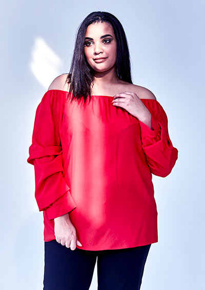 puszysta kobieta w czerwonej bluzce