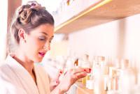 kobieta dobiera kosmetyki w buteleczkach