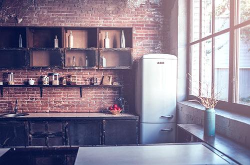 kuchnia ze ścianą z cegieł i lodówką w stylu retro