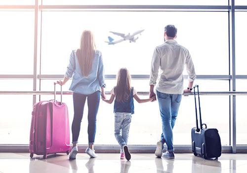 Rodzina na lotnisku patrzy na samolot