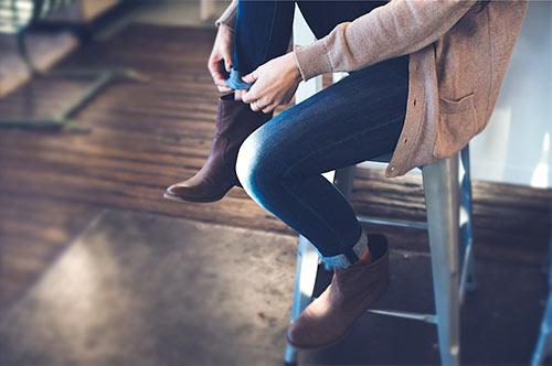 Brązowe botki w trakcie ubierania