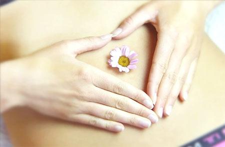 brzuch kobiety z kwiatkiem na środku