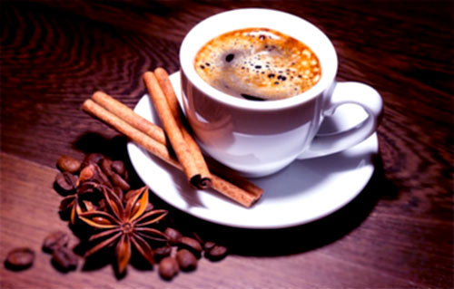 czarna kawa i laski cynamonu