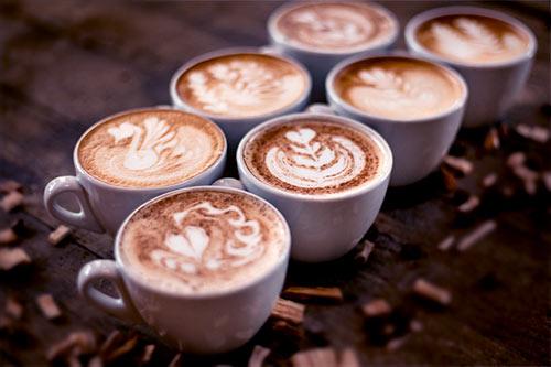 kawa w filiżankach