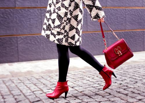 modna kobieta w czerwonych butach z czerwoną torebką