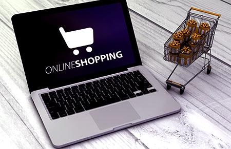 laptop i koszyk na zakupy