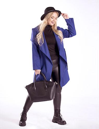 kobieta w granatowym płaszczu plus size