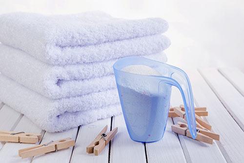 proszek do prania i poskładane ręczniki