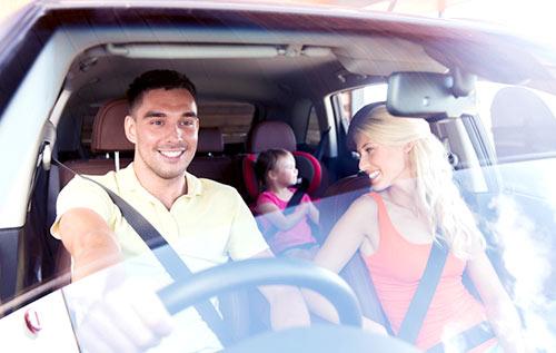 rodzina widziana przez przednią szybę samochodu