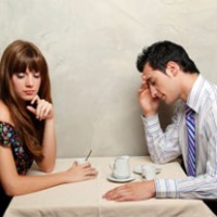 kobieta i mężczyzna - para przy rozmowie przy stole