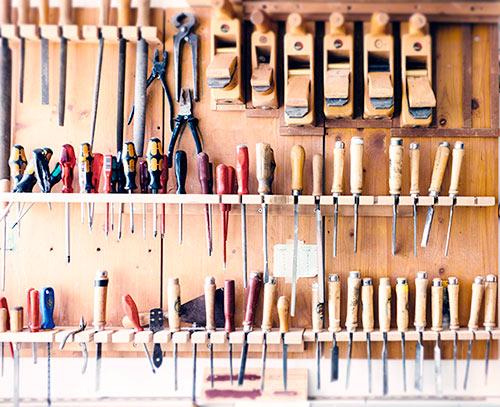 śrubokręty i narzędzia na ścianie