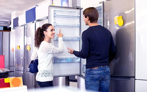 kobieta z mężczyzną wybierają lodówkę