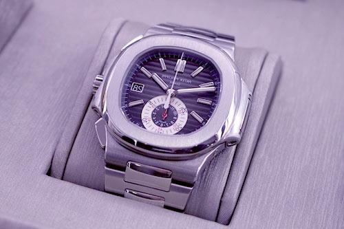 elegancki zegarek stalowy w szarym opakowaniu